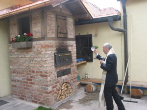 Einweihung des Backhauses durch Pfarrer Albert Schammberger bei der Biergarteneröffnung 2014