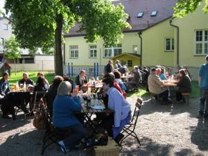 Gemütliches Zusammensein bei der Eröffnung des BVO Biergartens im Jahr 2012