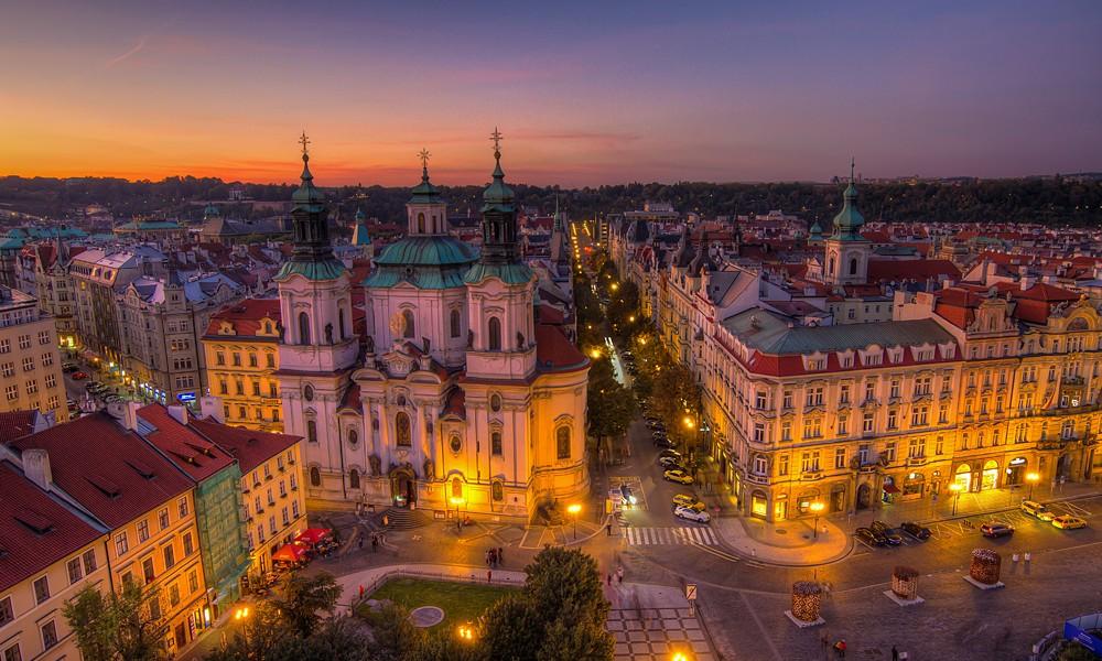 Blick auf die St.-Nikolaus-Kirche am Altstädter Ring in Prag